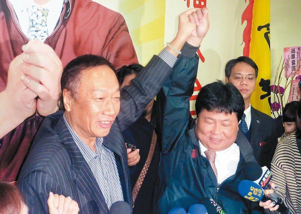 鴻海前董事長郭台銘(左)人生第一次站台助選,就是在2011年獻給顏清標(右)。圖...