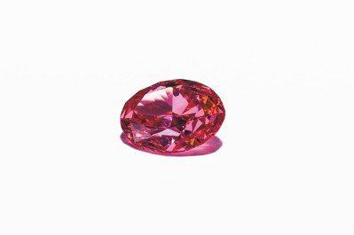 De Beers 本季頂級珠寶展中最高單價的一枚逾2克拉橢圓形車工紅鑽,約7億6...