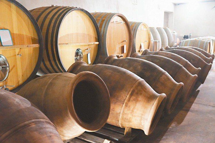 科西嘉的Clos Canarelli酒莊以陶罐釀製紅、白酒。圖/林裕森 ※ 提...