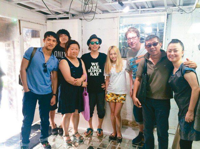 曾文泉(右二)曾於日本東京駐村,認識許多當地藝術家。 攝影/陳立凱
