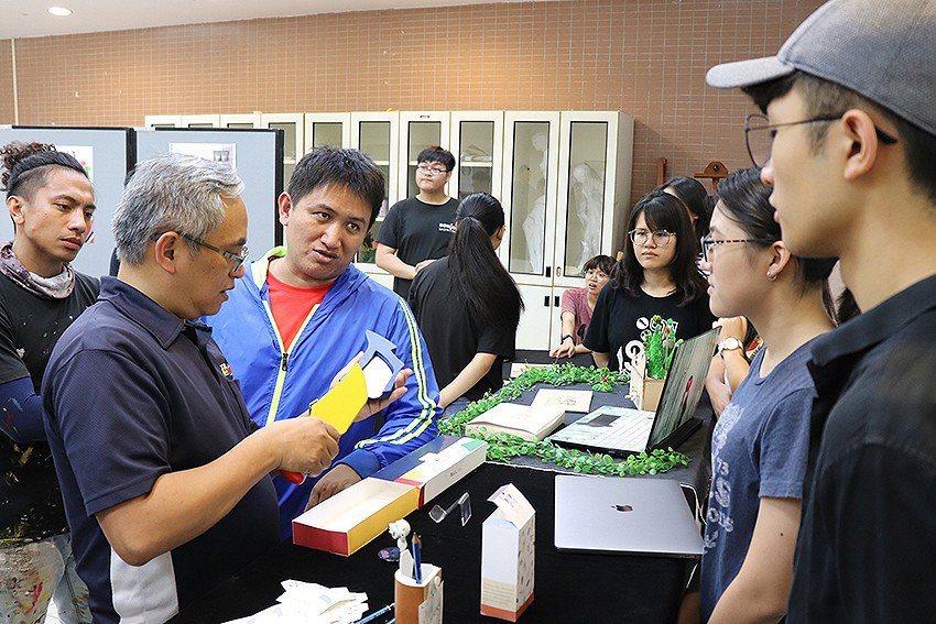 長庚大學工設系課程催生多件泰雅族文創商品,同學們向復興區藝術家們介紹產品設計理念...