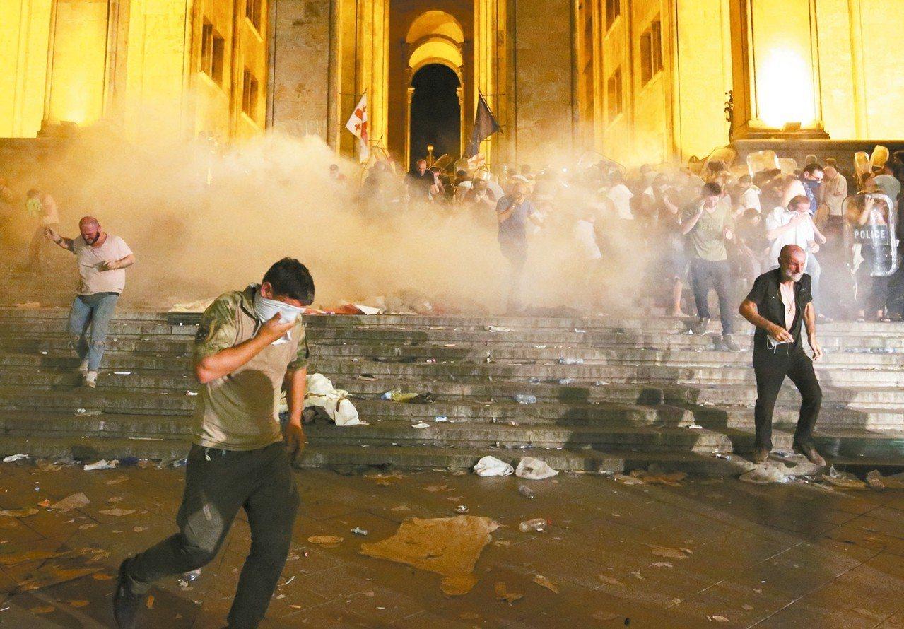 喬治亞國會外爆發警民衝突,導致數十人受傷。 美聯社