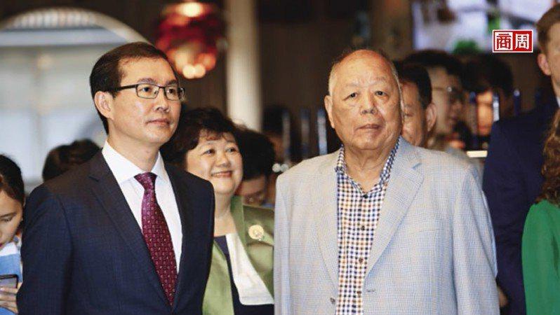 高齡81歲的金車創辦人李添財(右),罕見與兒子李玉鼎(左)合體出 席金車燒肉店開幕,從他坐鎮全場,不難看出對這次轉型的重視。(攝影者.駱裕隆)