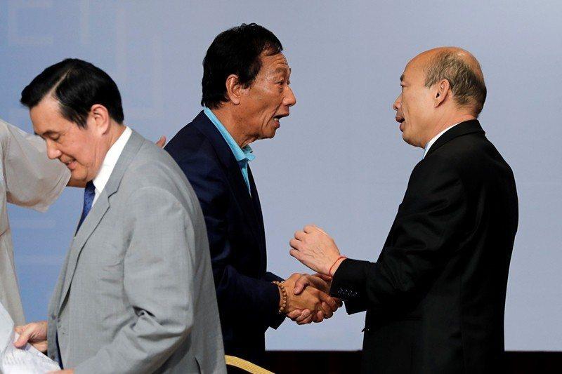 韓國瑜(右)與郭台銘(左二)其中一人的勝出,都將為國民黨的未來整合埋下巨大的未爆彈。 圖/路透社