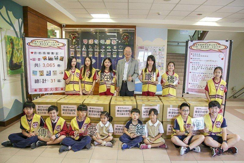康橋鼓勵學生參與公益活動,傳愛募書活動圖書小志工們分工合作讓書籍順利送到緬甸。 ...