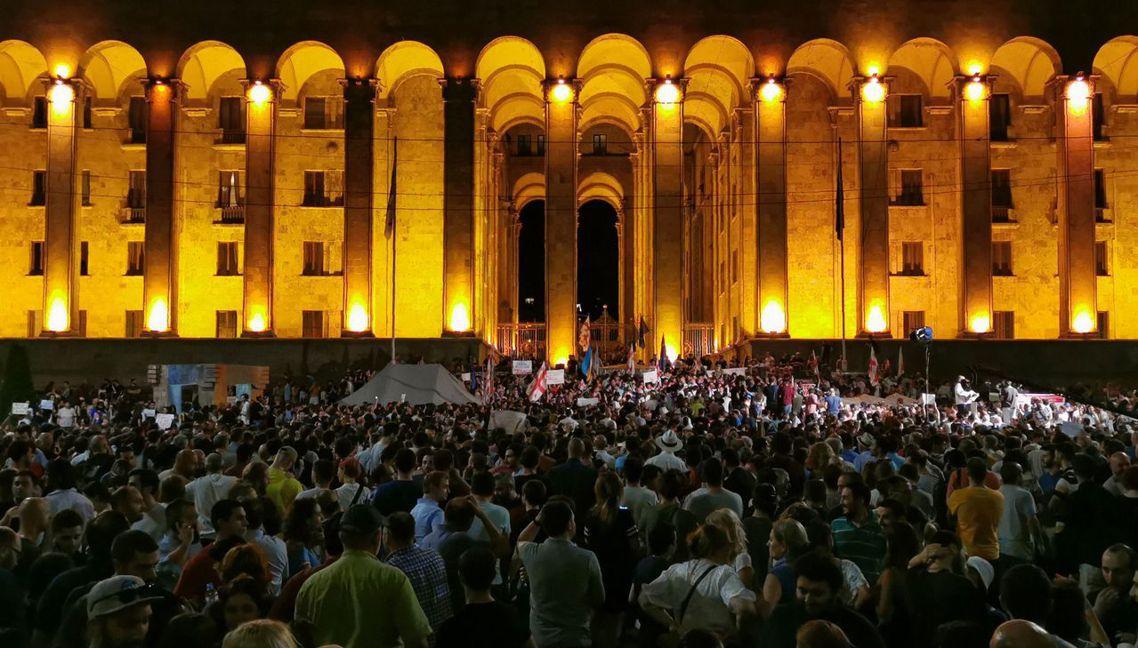 喬治亞在20日晚間,爆發激烈的抗議衝突,起因是一名俄羅斯議員加夫里洛夫(Serg...