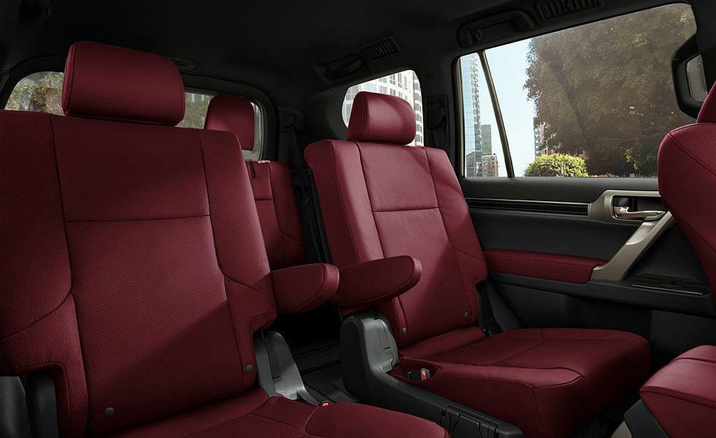 Lexus提供7種不同車色可選,內裝則有黑色、棕褐色、淡褐色或新增的紅色與黑色車...