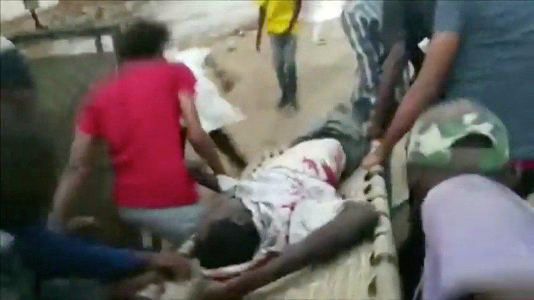6月3日,喀土木的國防部大樓外廣場,已連續佔領街頭23個星期的蘇丹民主運動示威者...