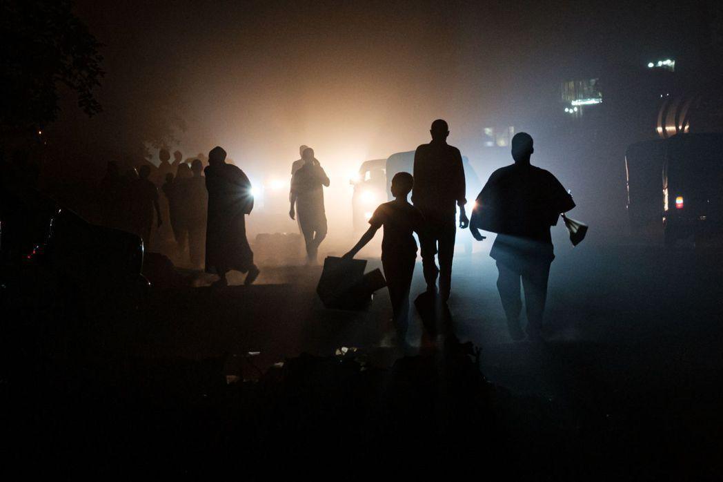 自3日起,蘇丹的固定網路在48小時內無預警斷線,整個國家基本與數位時代脫節,陷入...