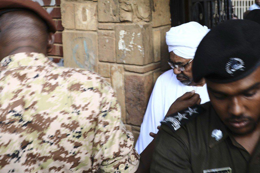 4月,統治蘇丹國家30年的強人總統巴席爾(途中著白衣者)遭到逮捕。據悉政變過程中...