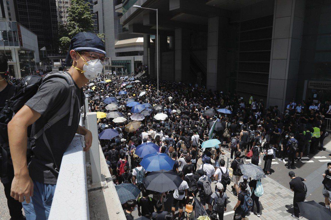警總現場情勢一度緊張,有示威者以雨傘阻擋警察出入、阻止閘門開關,警方也多次舉出黃...