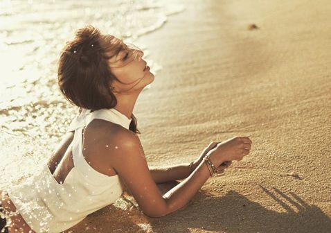 隋棠經營服飾品牌,身為老闆的她更是自家公司「最佳模特兒」,也會分享穿著自家服飾的工作美照,而她最近再分享為宣傳而飛出國所拍的一系列照片,穿著背部挖空的白色背心,下半身則是只穿黑色三角褲,躺在沙灘上,...