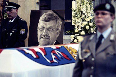 一名政治人物的謀殺案,讓「極右暴力恐怖」再次成為德國政壇的爭論話題。圖為6月初,...