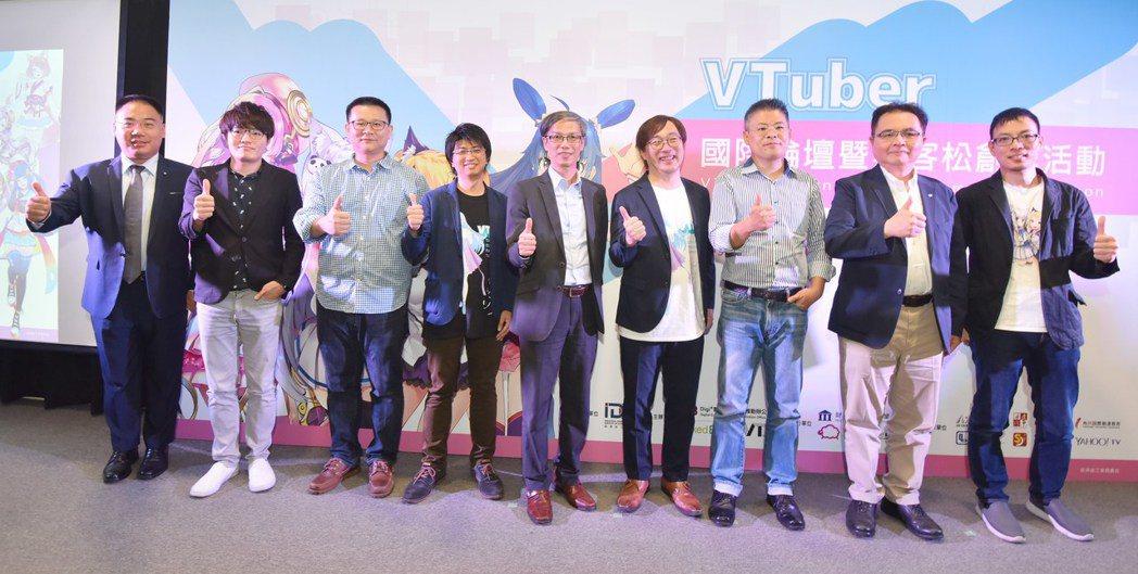 台灣微軟全球黑帶科技解決方案架構師陳均碩博士(左一)、狂點軟體開發賴錦德執行長(...