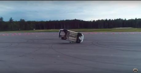 影/俄羅斯陸軍警察示範閃避火箭竟翻車!到底開了什麼車?