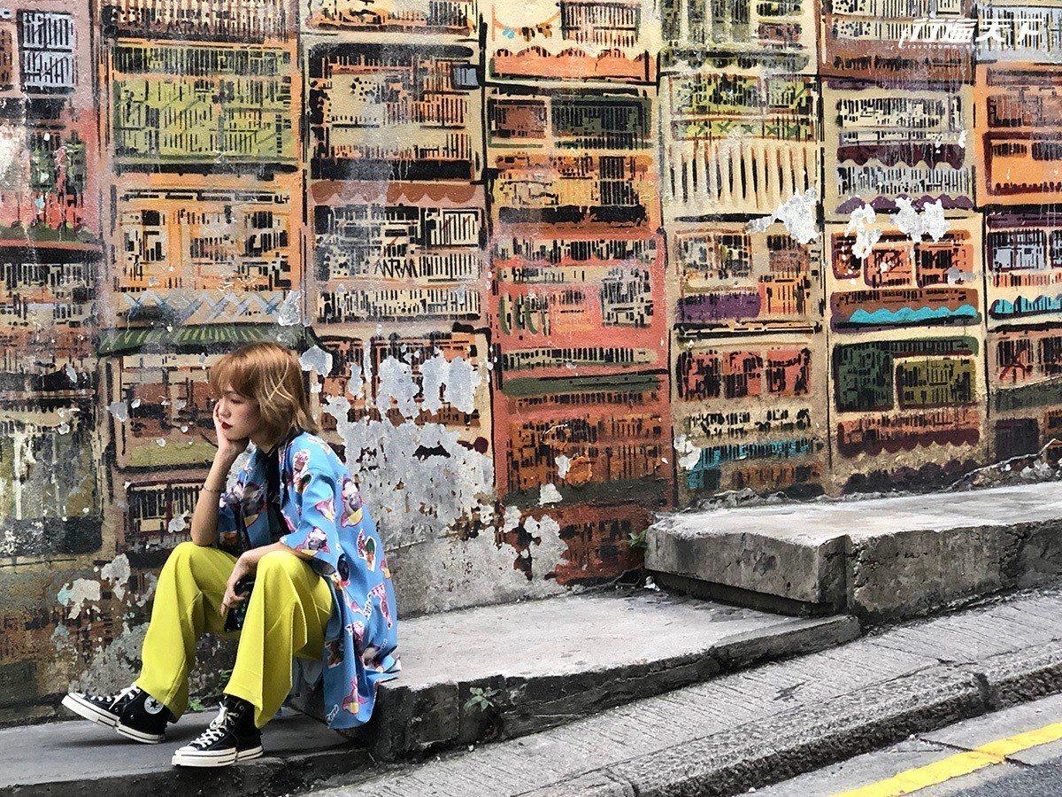 密集公屋復古卻又飽和的色彩,吸引很多人來拍照。