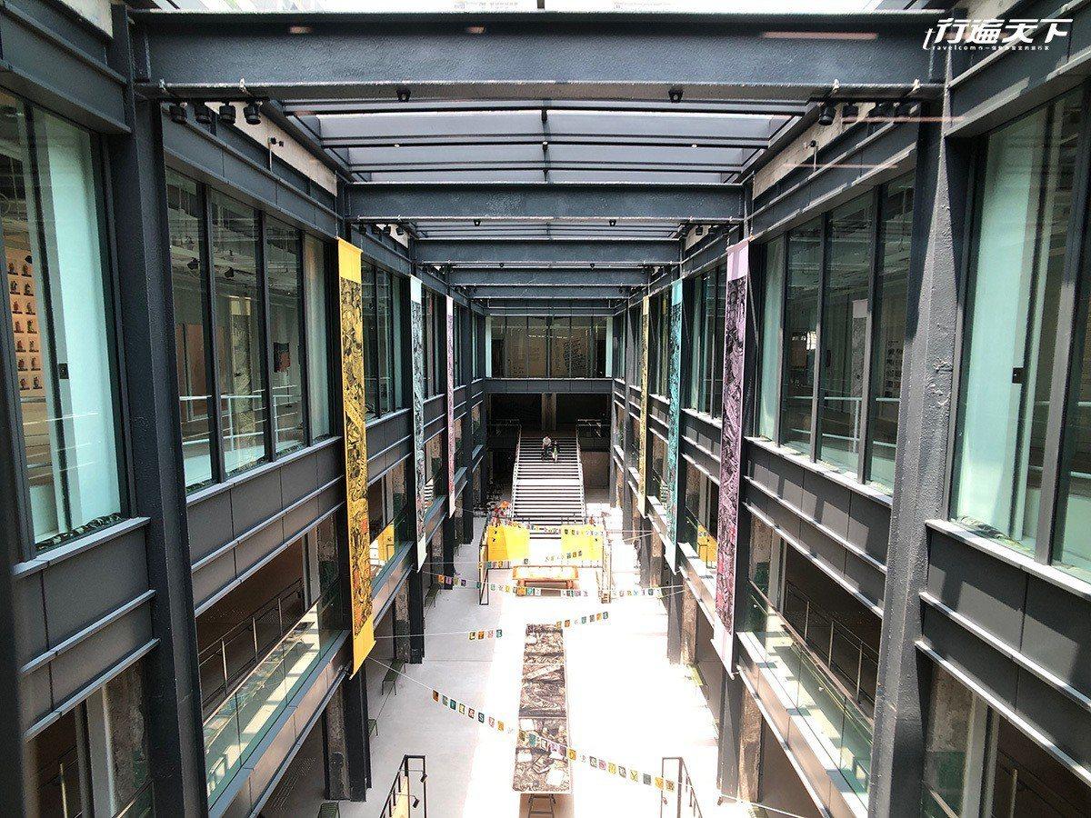 嶄新的「南豐紗廠」,高樓中間穿透成了挑高光線明亮的空間。