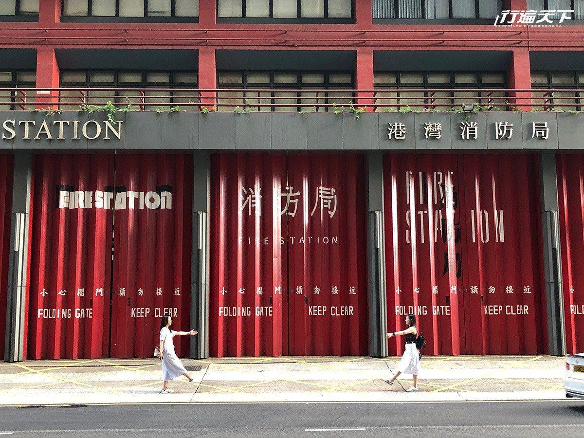 嚴肅的消防局紅色閘門有了新的創意。