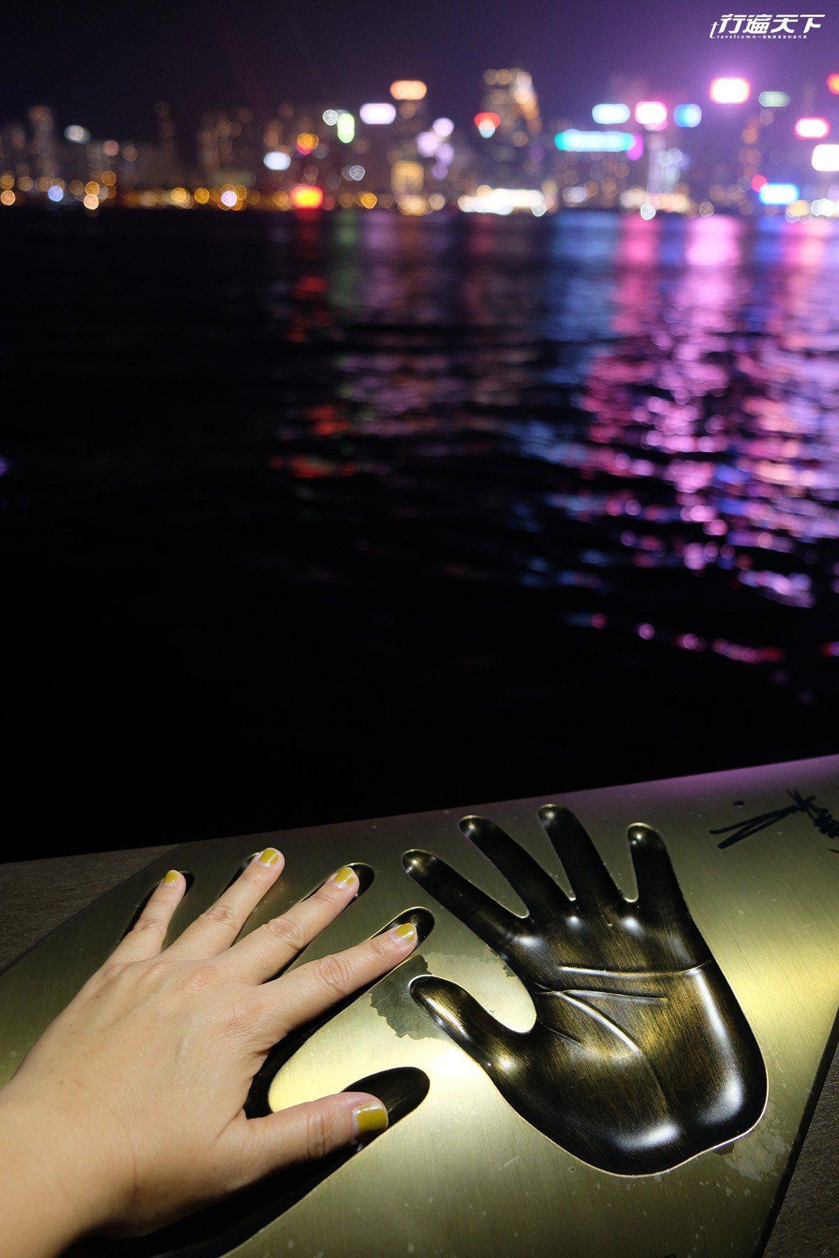 與劉德華的手印一起看著香港夜景。