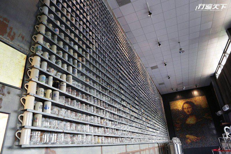 牆上3000個啤酒杯是老闆從世界各地蒐集而來。  ※ 提醒您:禁止酒駕 飲酒過量有礙健康