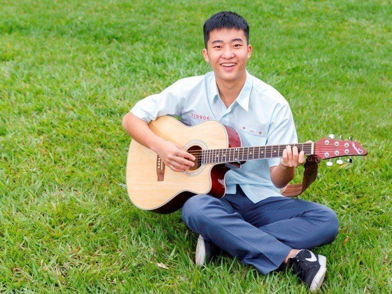 施胤丞興趣廣泛,遇到機會就勇於嘗試,打球、彈吉他、英語閱讀, 都是他平常的興趣。...
