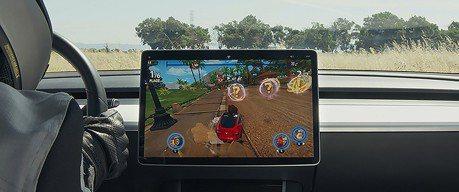 影/Tesla充電將不再無聊!超high方向盤控制賽車遊戲來了!