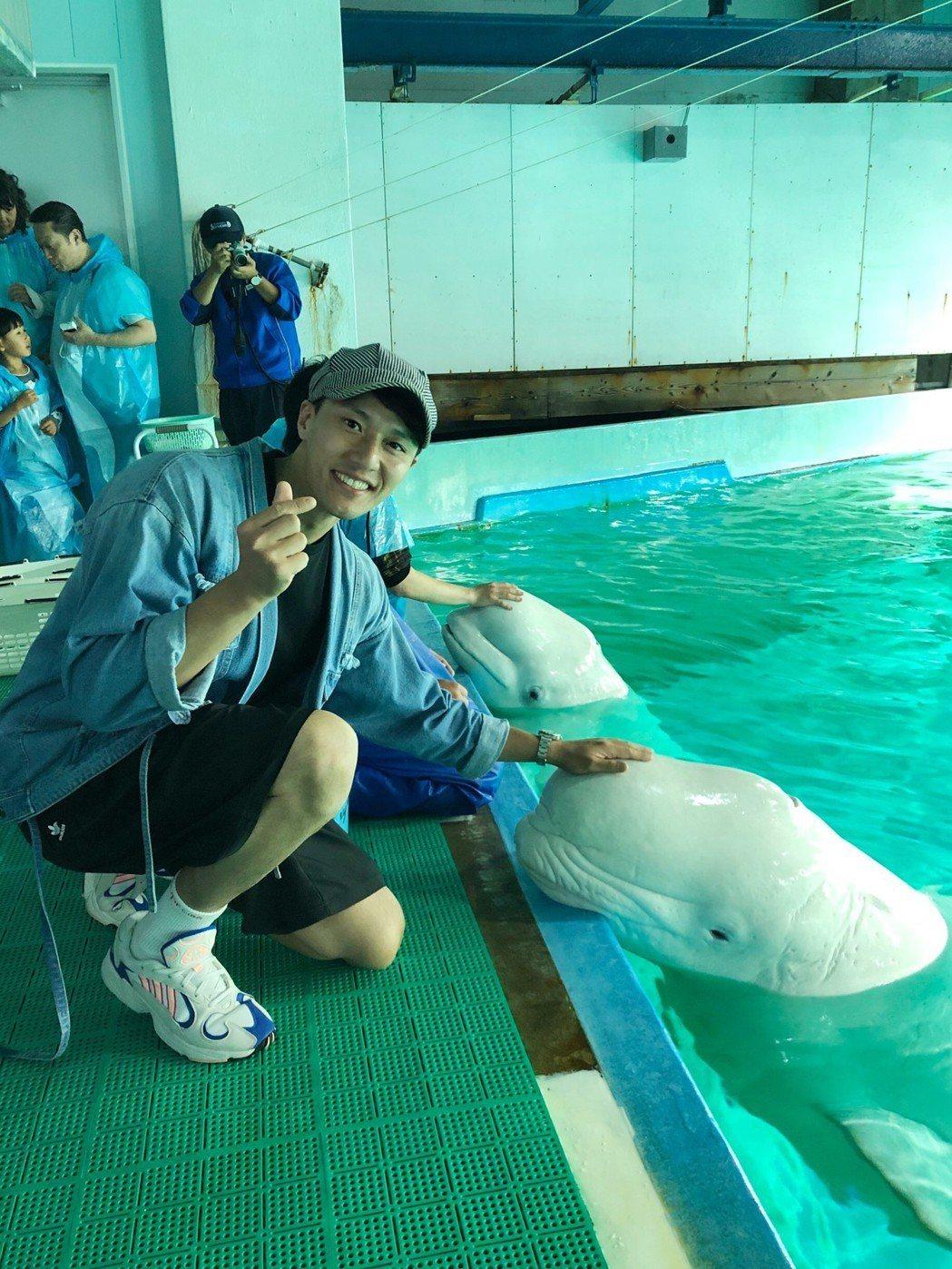 張睿家跟小白鯨互動。圖/周子娛樂提供