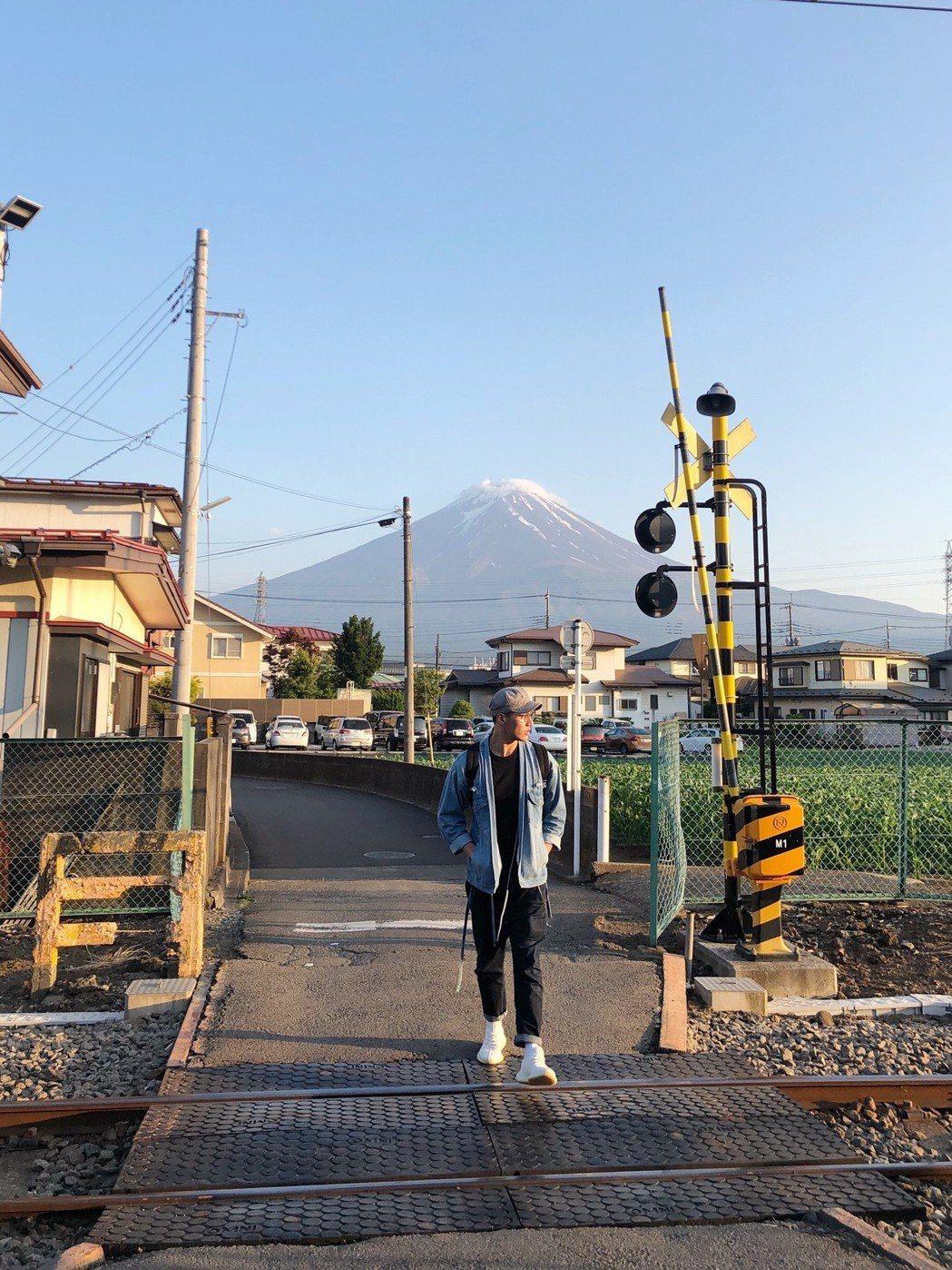 張睿家見到富士山超興奮。圖/周子娛樂提供