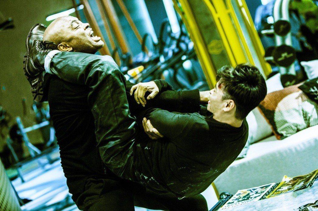 張晉和世界拳王安德森席爾瓦在「九龍不敗」打鬥相當激烈。圖/華映提供