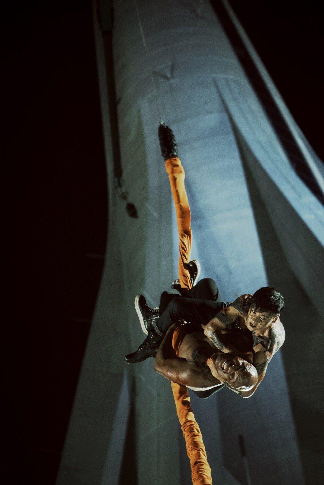 張晉和世界拳王安德森席爾瓦從澳門旅遊塔一路打下來。圖/華映提供