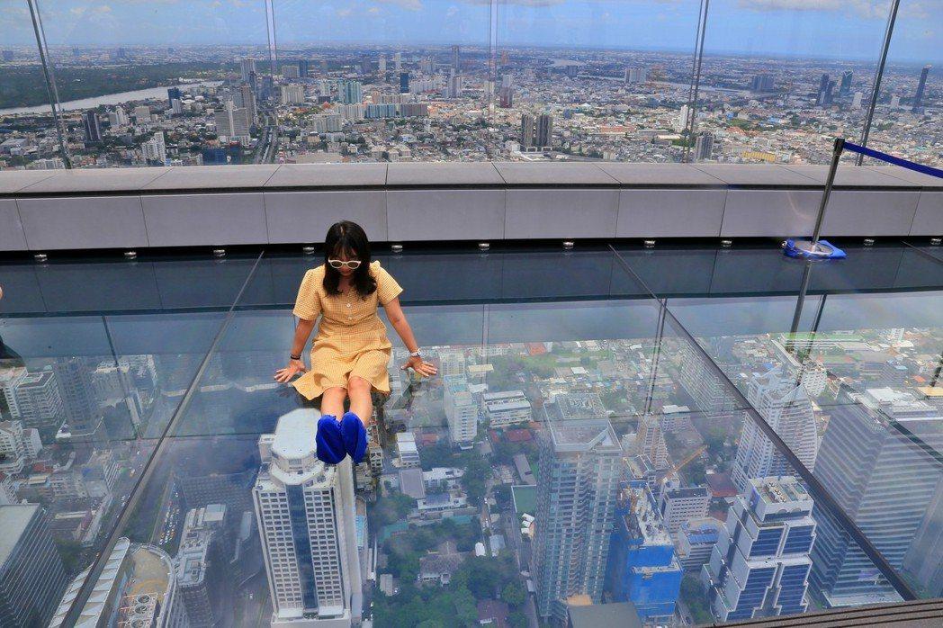 曼谷玻璃天空步道四面都是透明強化玻璃,踩上去猶如在空中般,若有懼高症恐怕嚇得不敢...
