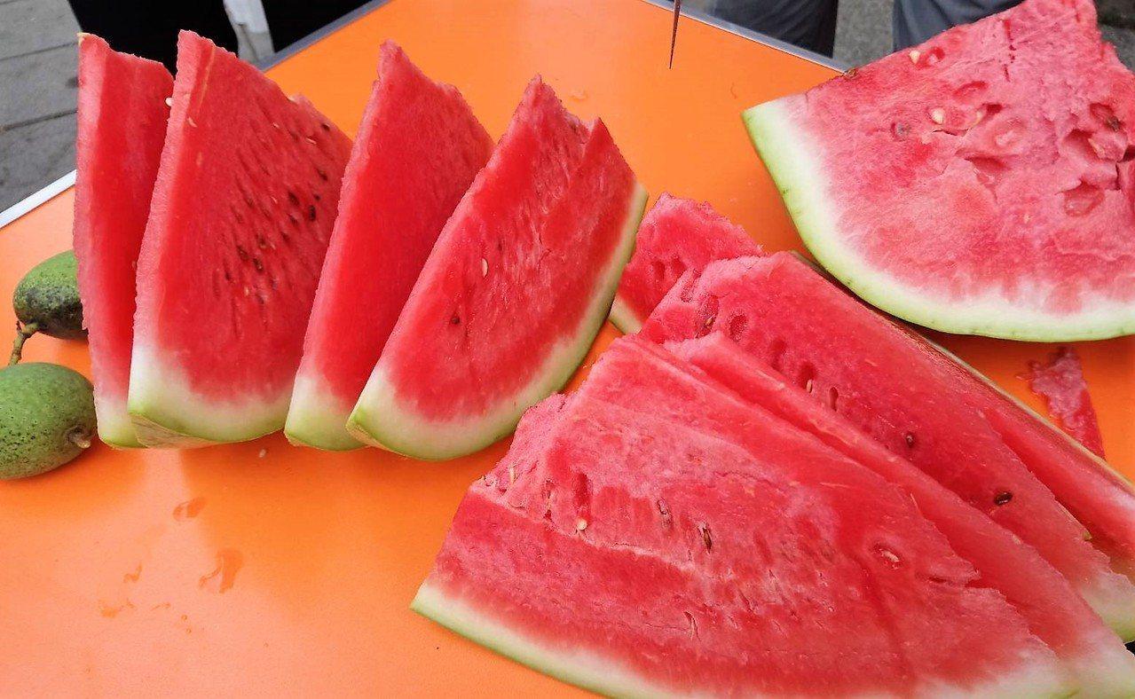 中醫師提醒民眾,夏季應適時補充水分,也可喝些綠豆湯與吃西瓜來消暑益氣,不過西瓜偏...