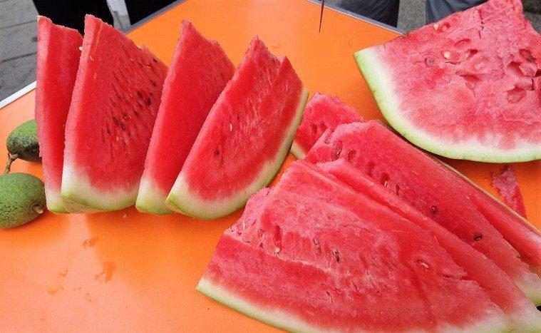 吃西瓜消暑。本報資料照片