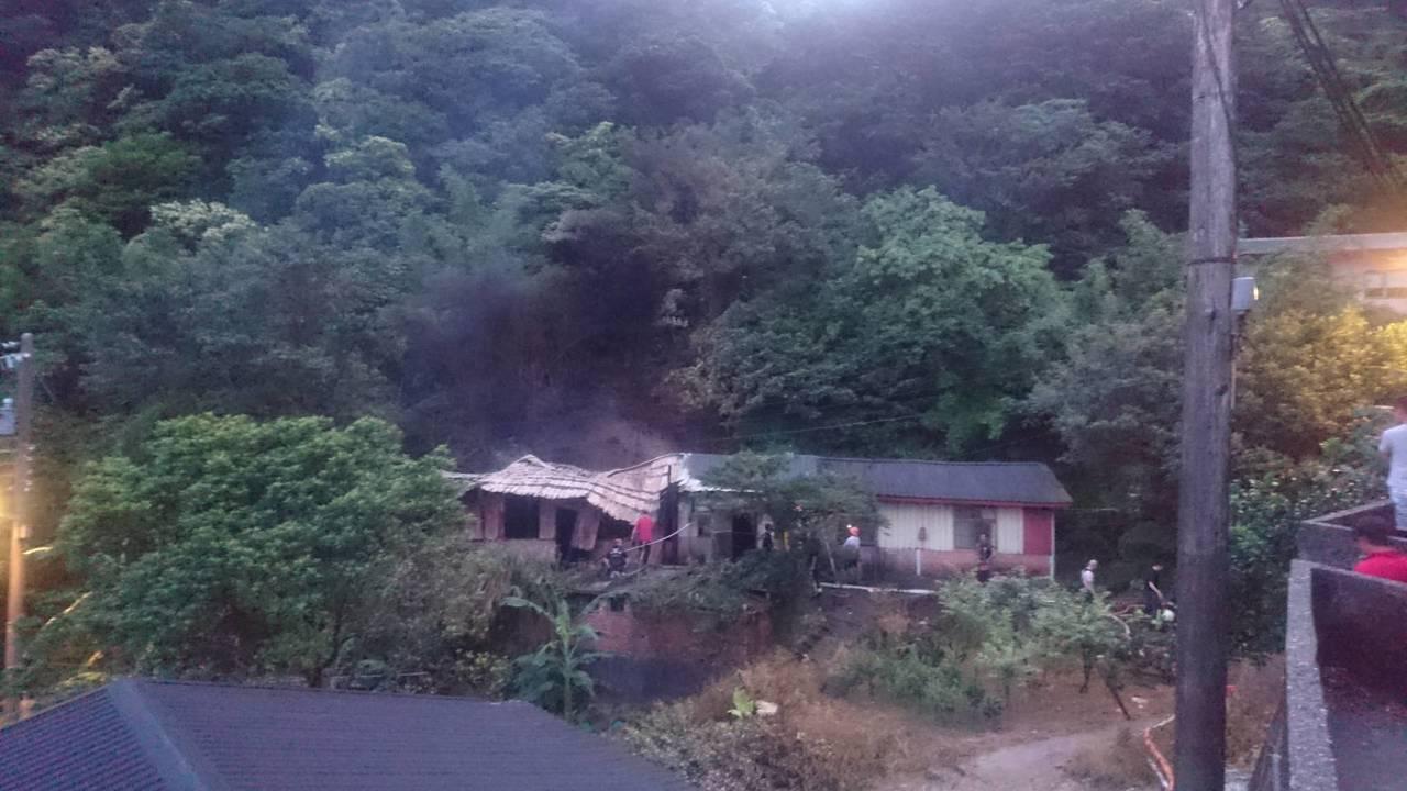 瑞芳區輕便路住宅,今天清晨發生火災,一人喪命。記者吳淑君/翻攝