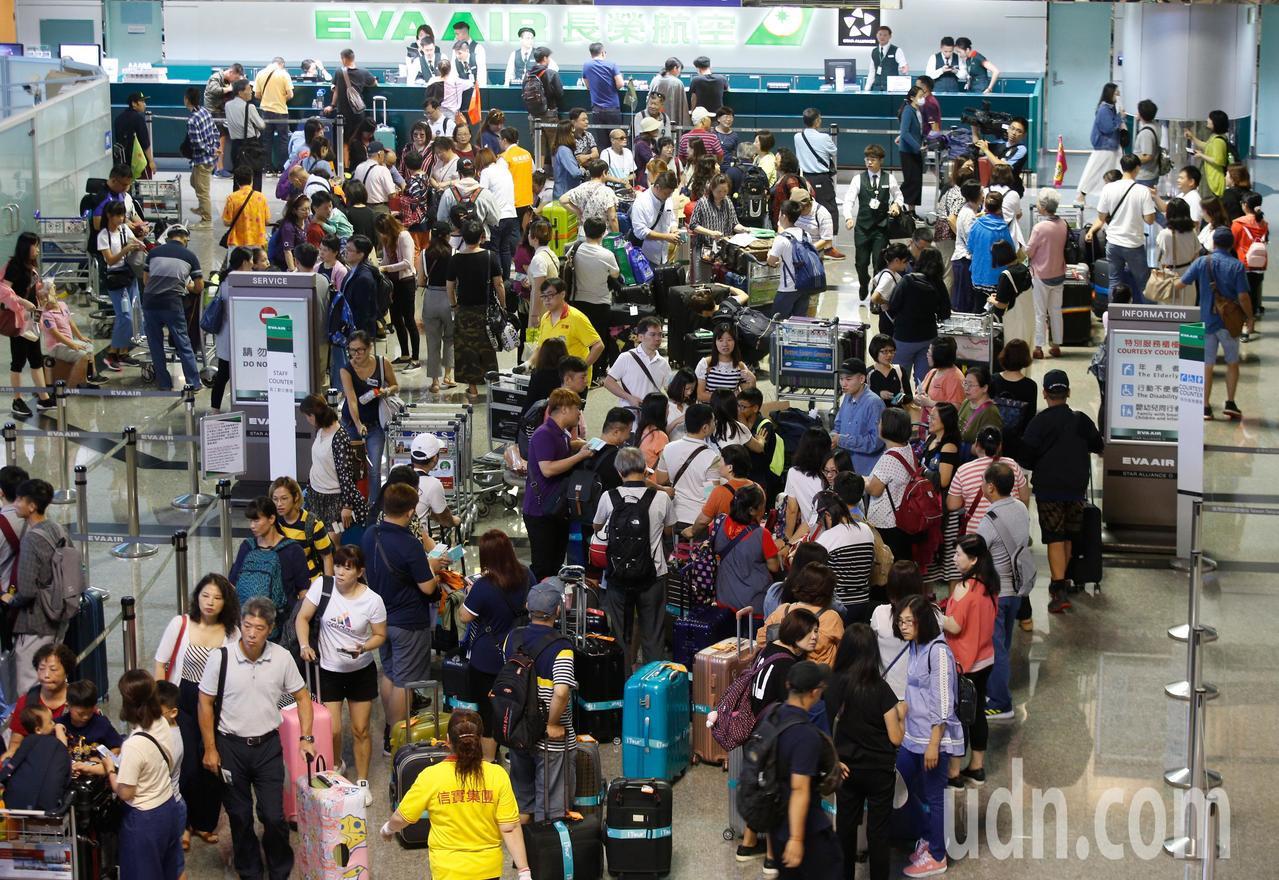 長榮航空罷工影響今天多個航班,團體旅客一早還是排滿櫃台前。記者鄭超文/攝影