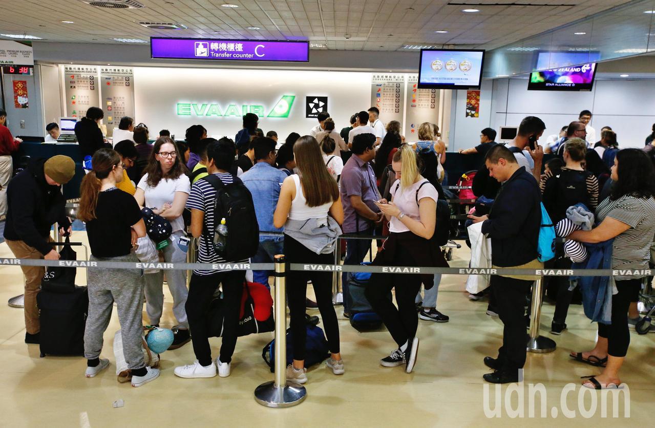 由於長榮勞資協商破裂,空服員昨天下午開始罷工,轉機旅客受到極大影響,大批旅客在轉...