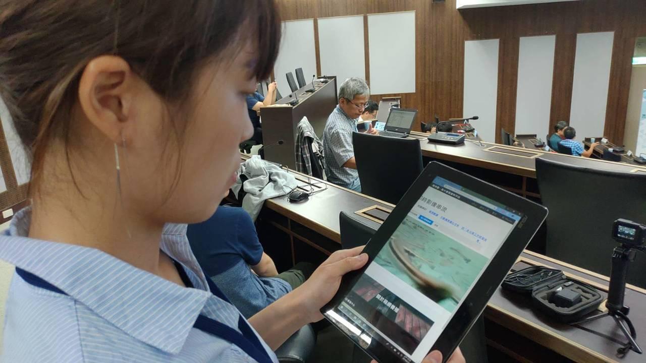 海大研究團隊研發的智慧化養殖管理系統,在手機或平板電腦就可以看到養殖現場的水底的...