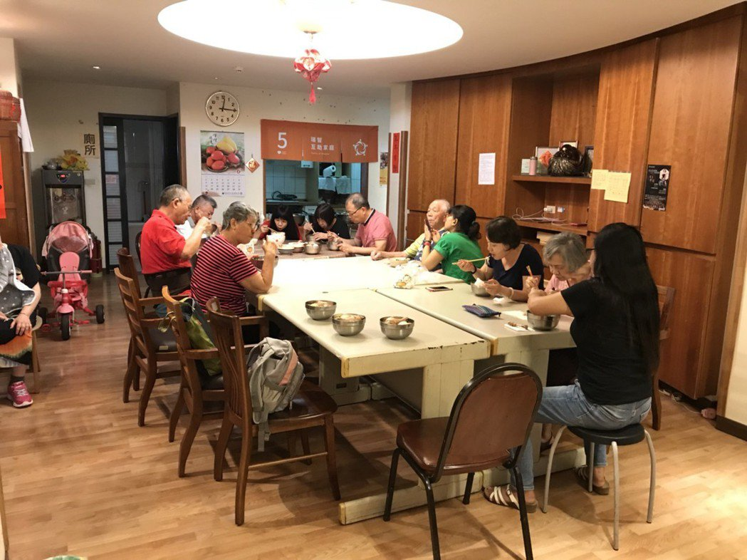 每到中午時,瑞智互助家庭的成員會一起搭伙共餐,自在開心。記者簡浩正/攝影