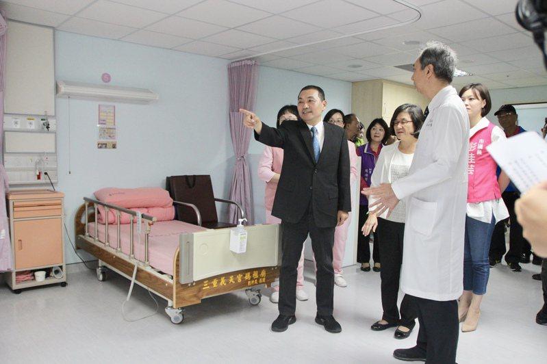 新北市長侯友宜(左)今早到新北市立聯合醫院三重院區,訪視新病房及513坪的健檢中心。記者魏翊庭/攝影