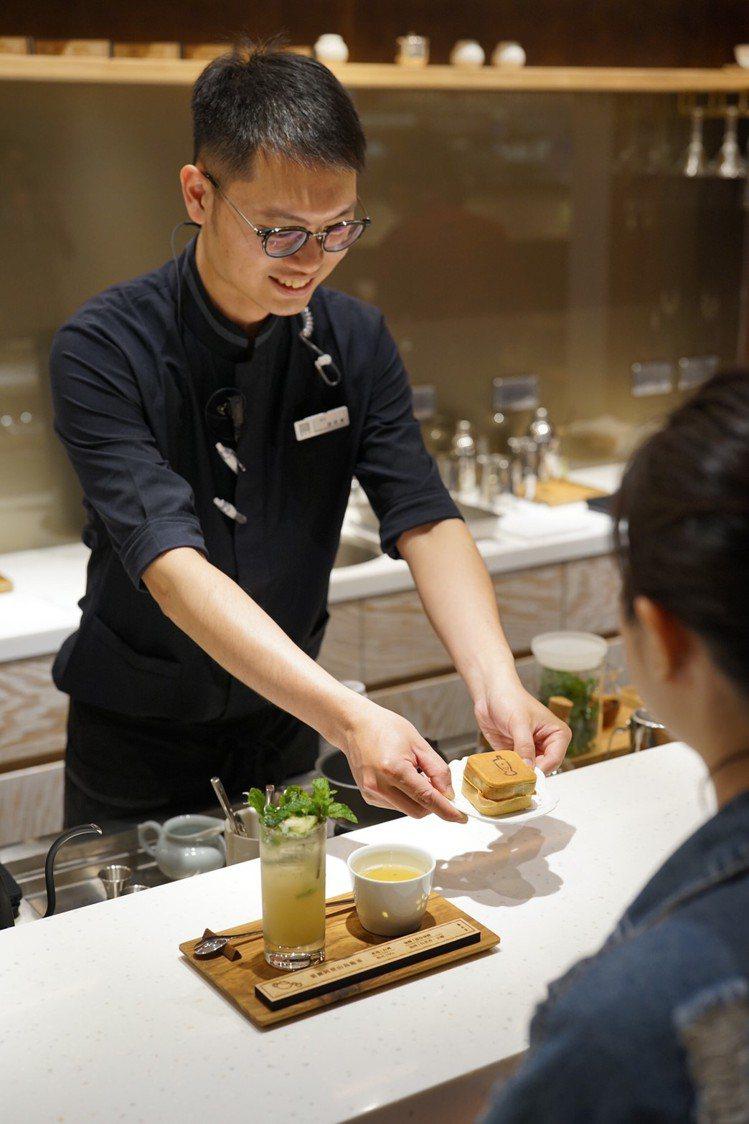 飲茶也能享受面對面的專業吧台服務。圖/春水堂 提供