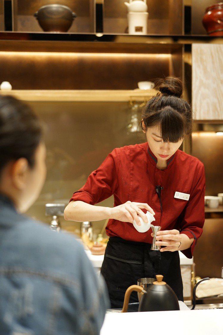 店內美麗又專業的調茶師親自服務奉茶。圖/春水堂 提供