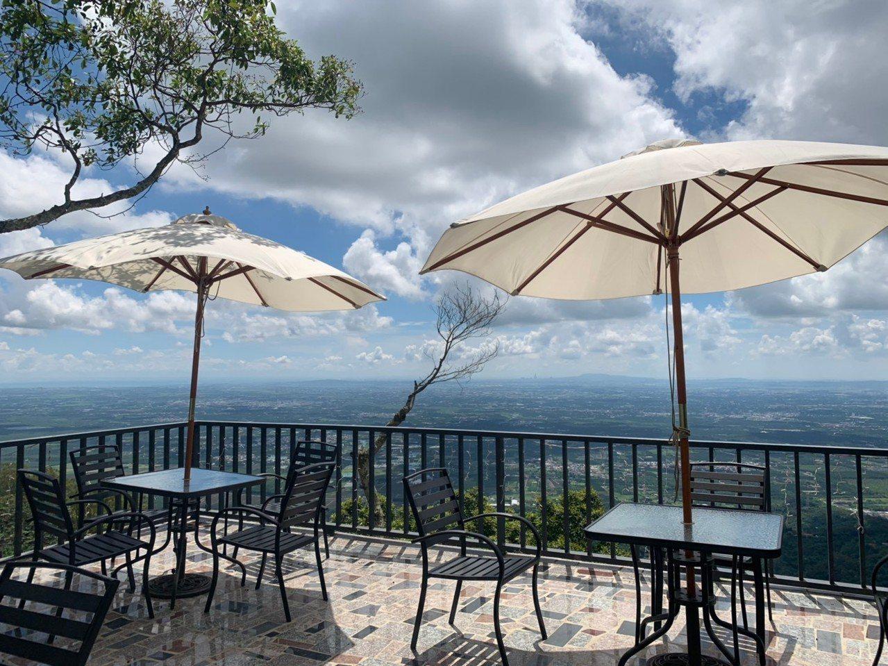 去年才畢業的雷瑞瑀,回到泰武鄉山區打造拉拔克咖啡屋,讓民眾能從比台北101更高的...