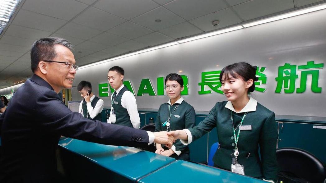 總經理孫嘉明(左)慰問地勤人員的辛勞。 記者鄭超文/攝影