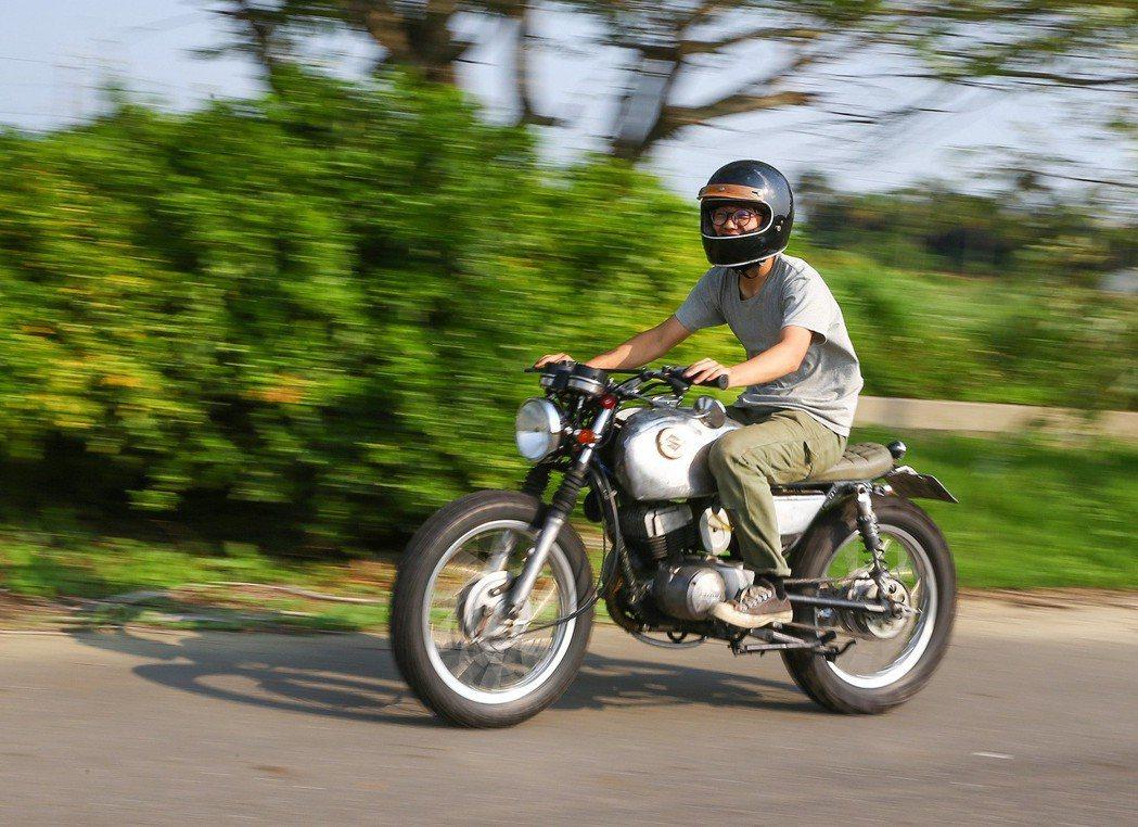 改裝後,騎上自行創意改裝玩的老車,張璟右滿是得意的笑容。記者陳柏亨/攝影