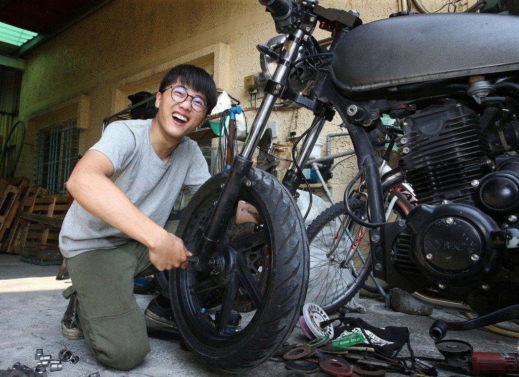 改車的技術完全是靠上網自學,他一步一步累績經驗。記者陳柏亨/攝影
