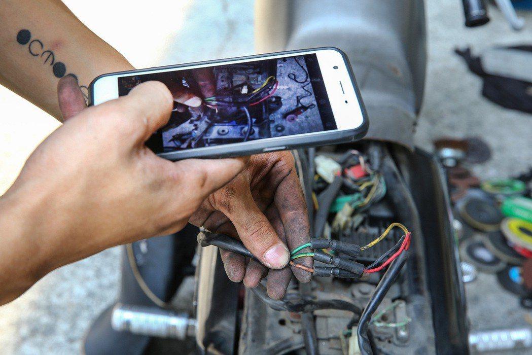 老車手工改裝過程繁複,每一個螺絲每一條電線都不能有閃失,張璟右習慣用手機記錄每一...