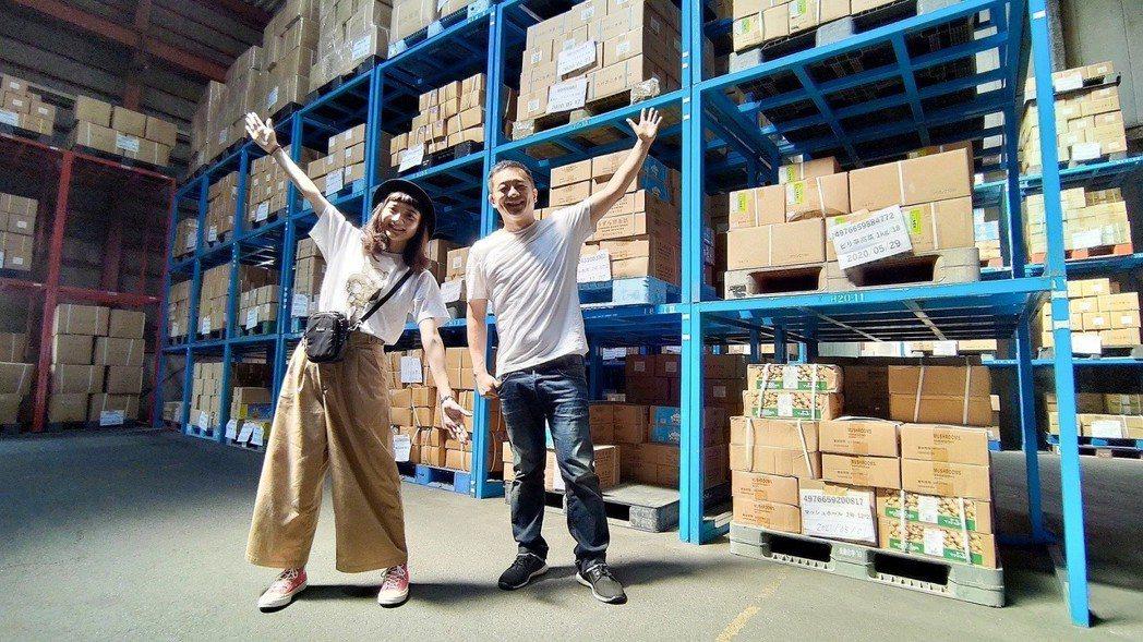 陳昭榮與主播小不點下飛機後直接殺到倉庫挑選商品  圖/翰成數位直播提供