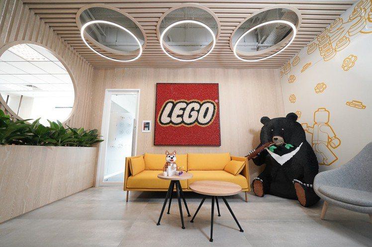 樂高台灣辦公室新居落成,除了全數比照樂高辦公室國際規格設計,更邀請台灣唯一的樂高...