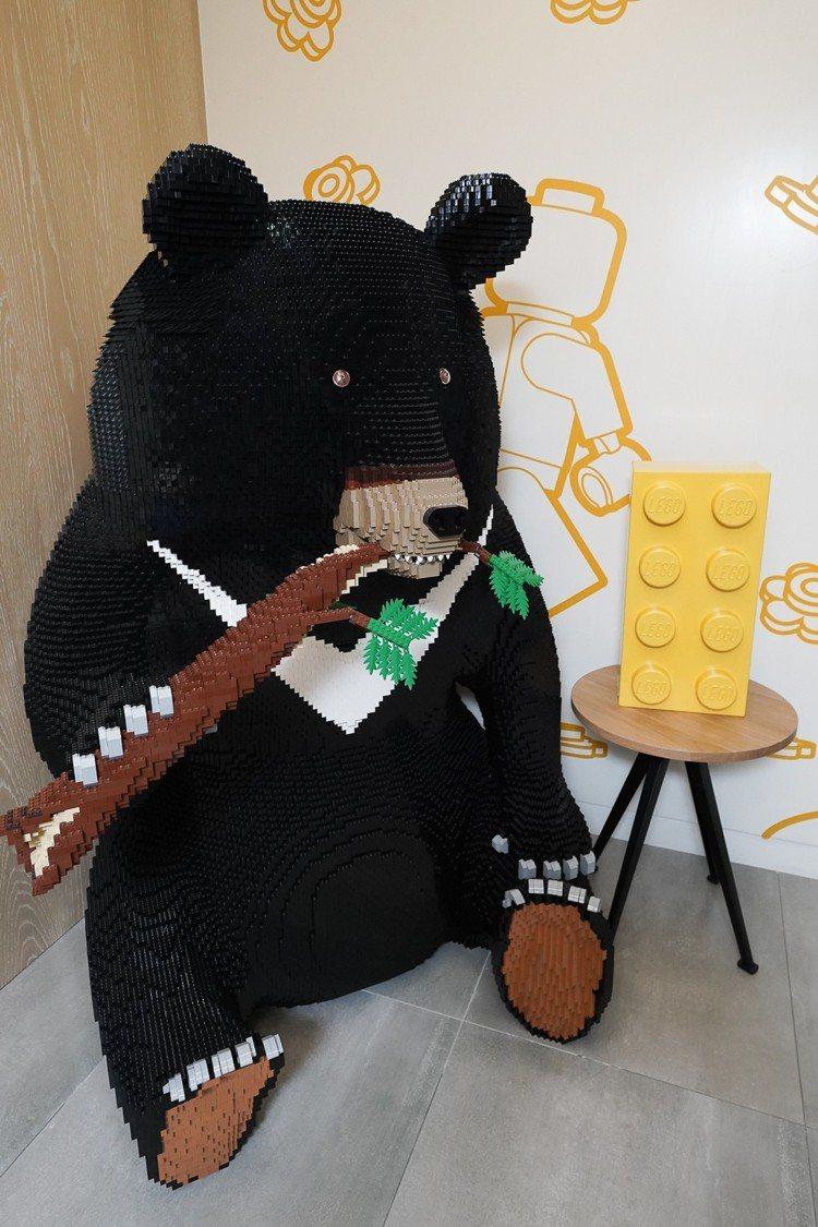 台灣樂高辦公室三寶:運用超過4萬顆積木打造的台灣黑熊「樂高熊哥」。圖/台灣樂高提...