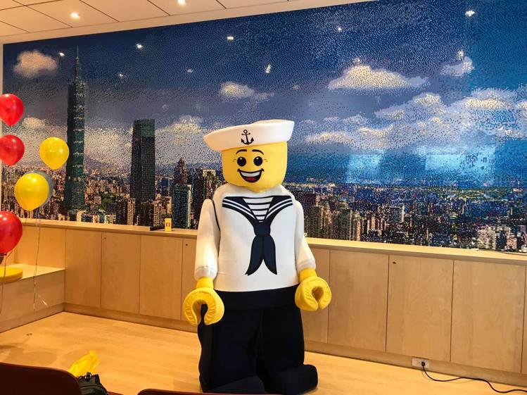 樂高台灣辦公室三寶:超過20萬顆樂高積木拼成的千萬台北市景馬賽克牆。記者陳立儀/...